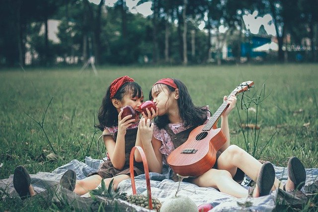 Girls Friends Sisters Park Fun - huynhquocbao510 / Pixabay